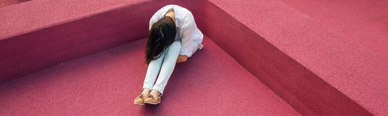 Pige, alene, alone, pink, lyserøde, ensom. (Foto: Unsplash)
