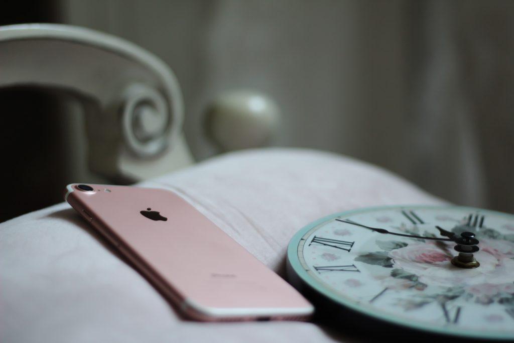mobil telefon seng ur sove (Foto: Unsplash)