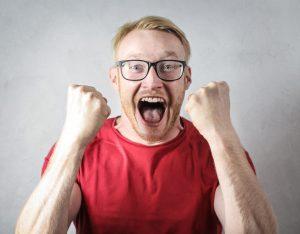 grimme mænd mand skønheden ved at date fyre fyr nørd briller kikset briller overrasket (Foto: Pexels)
