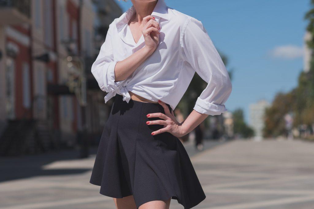 nederdel skjorte tøj mode pige fashion (Foto: Unsplash)