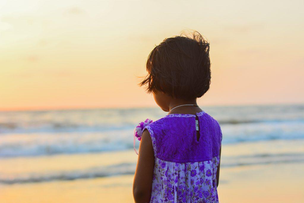 pige barn trist alene ked (Foto: Unsplash)