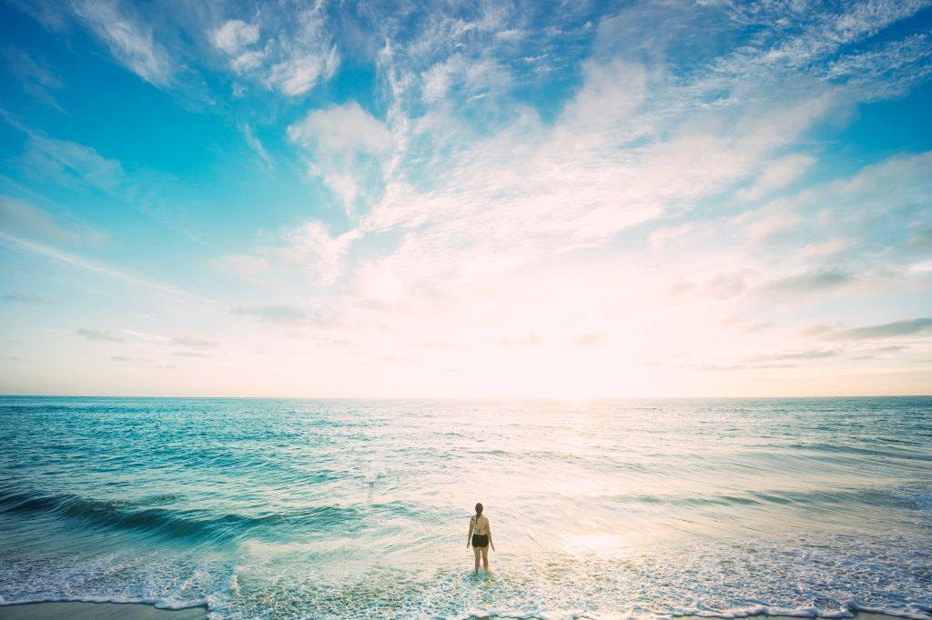 landskab vand havet pige tænker himmel (Foto: Unsplash)