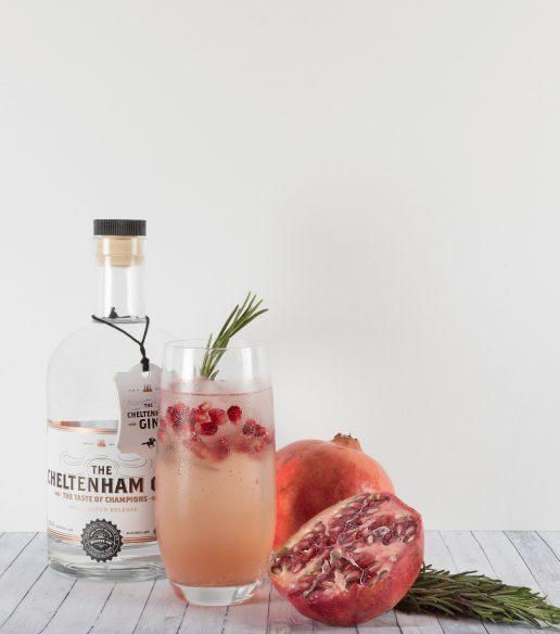 Cocktail med granatæble, gin. Foto: Unsplash)