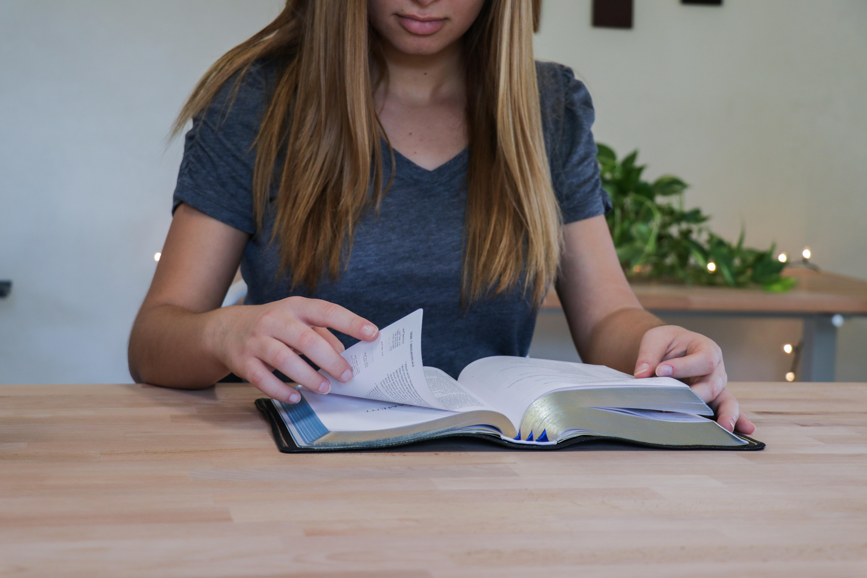 Pige, bog, reading, læser, Danmark har fået en ny dialekt. (Foto: Unsplash)