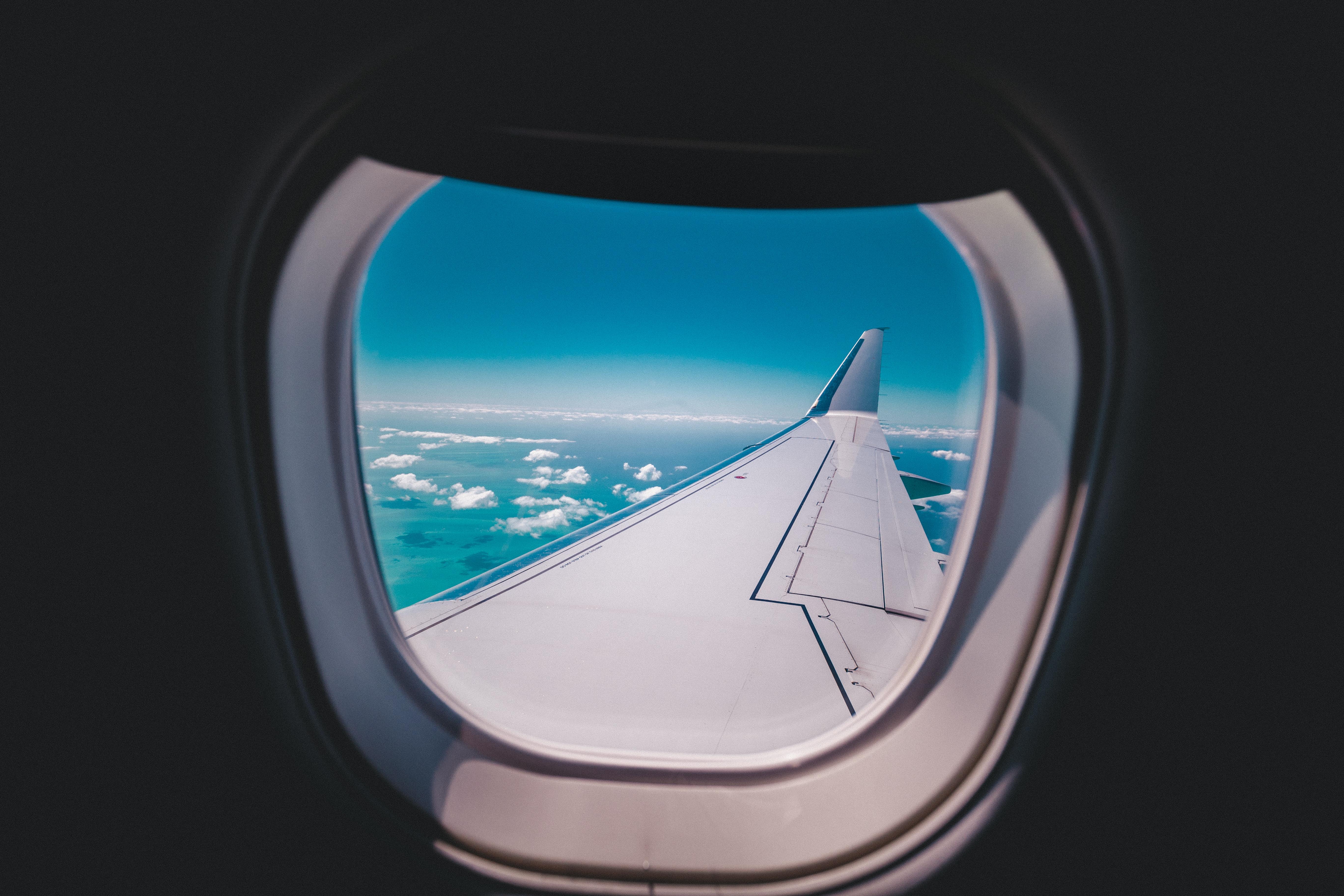 Fly, airplain, skies, skyer, rejse, rejser, sommerferie, ferie. (Foto: Unsplash)