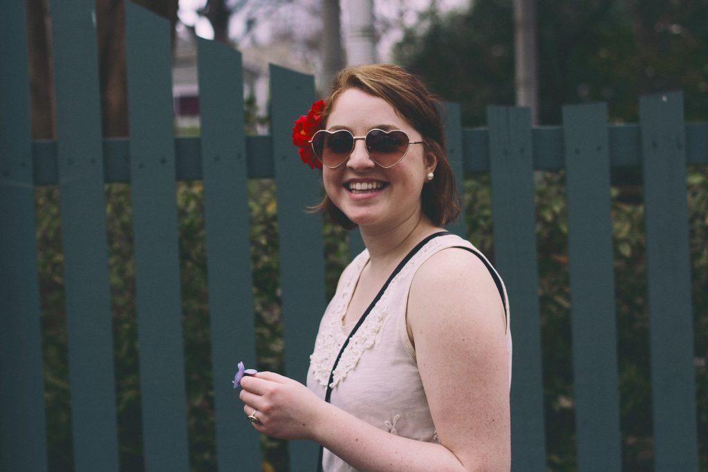 pige glad solbriller sommer top (Foto: Unsplash)
