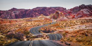 bjerg landskab udsigt natur kløft spring vej bumpy road (Foto: Unsplash)