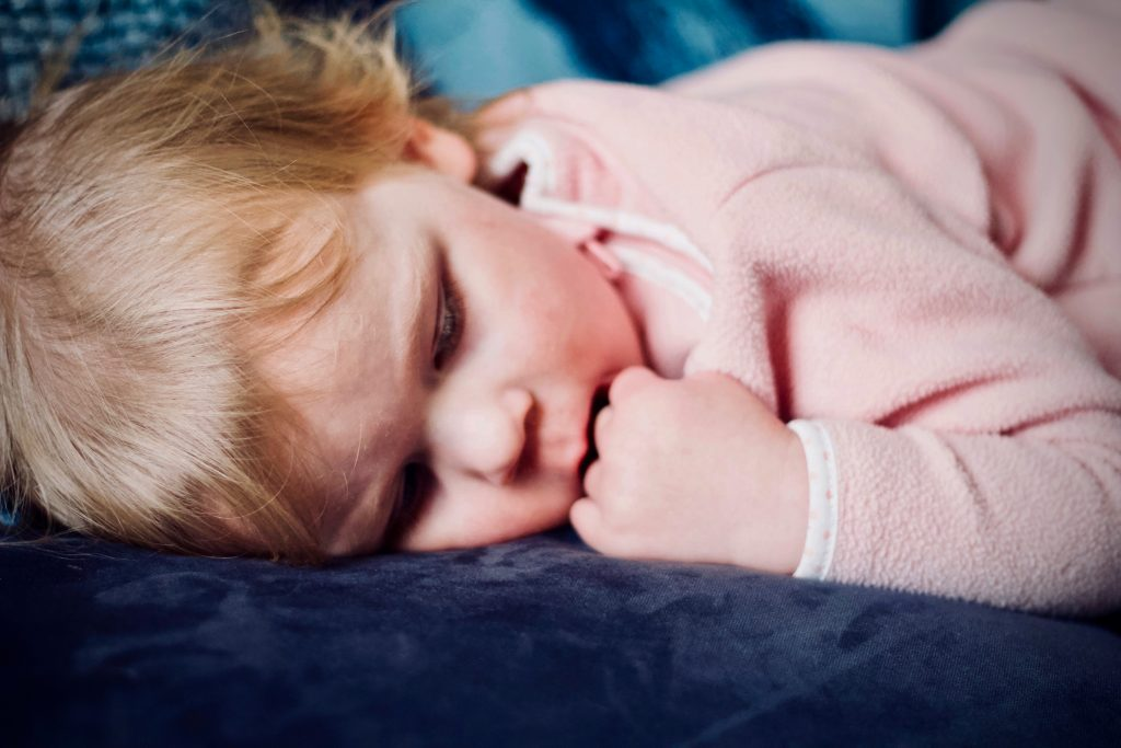 baby barn børn sove seng sengetid træt (Foto: Pexels)