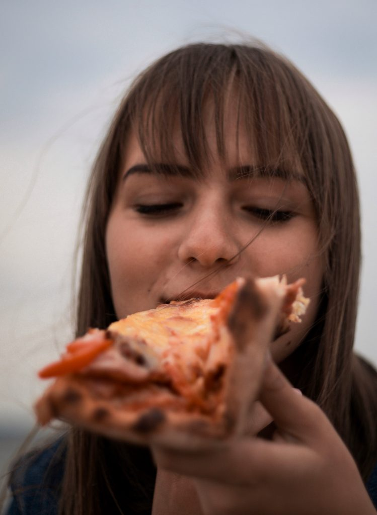 pizza pizzaslice pige spiser (Foto: Unsplash)