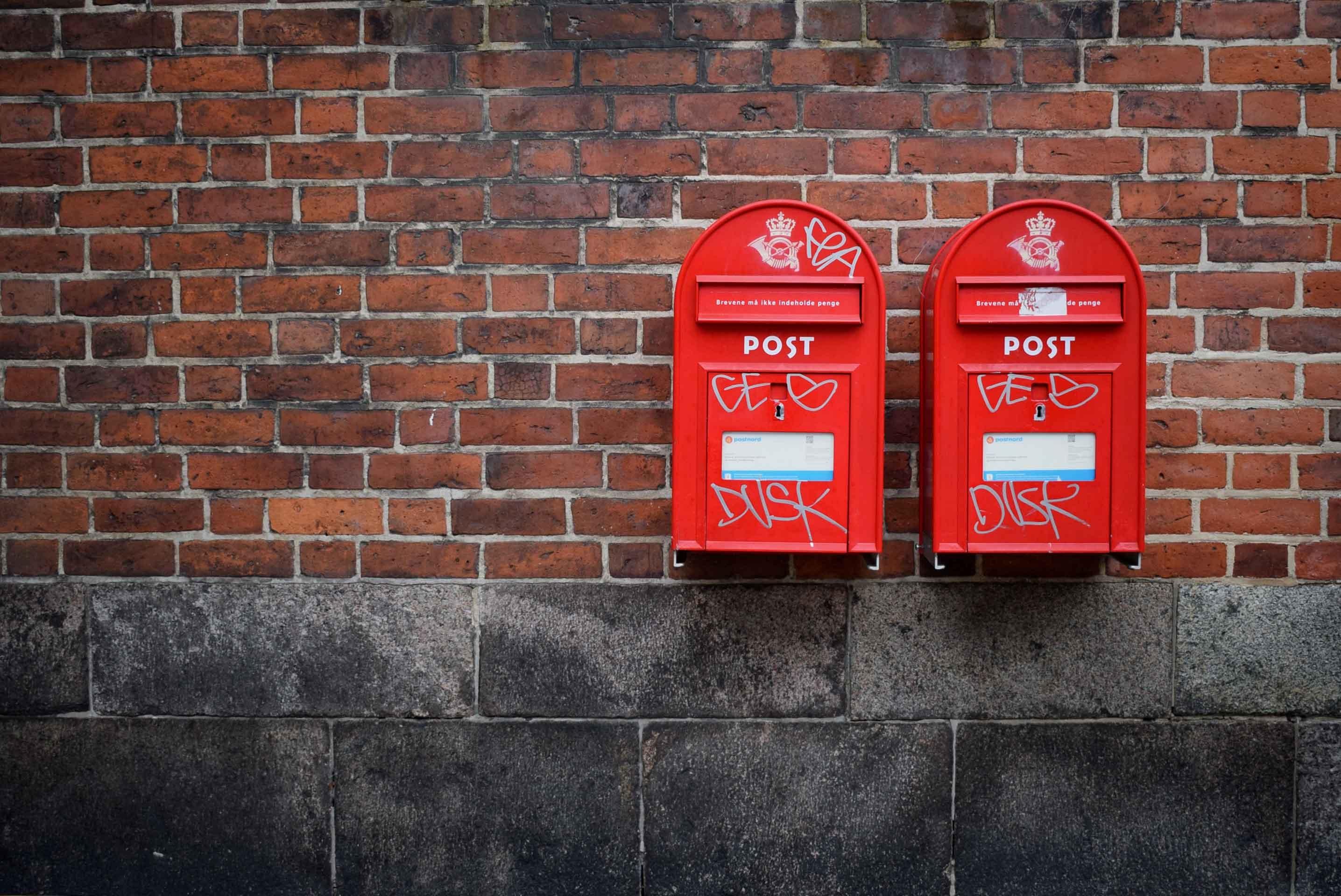 post, postkasse, postkasser, røde postkasser. (Foto: Unsplash)