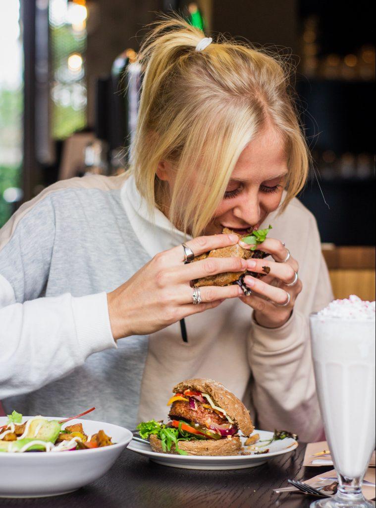 pige spise burger mad kvinde (Foto: Unsplash)pige spise burger mad kvinde (Foto: Unsplash)
