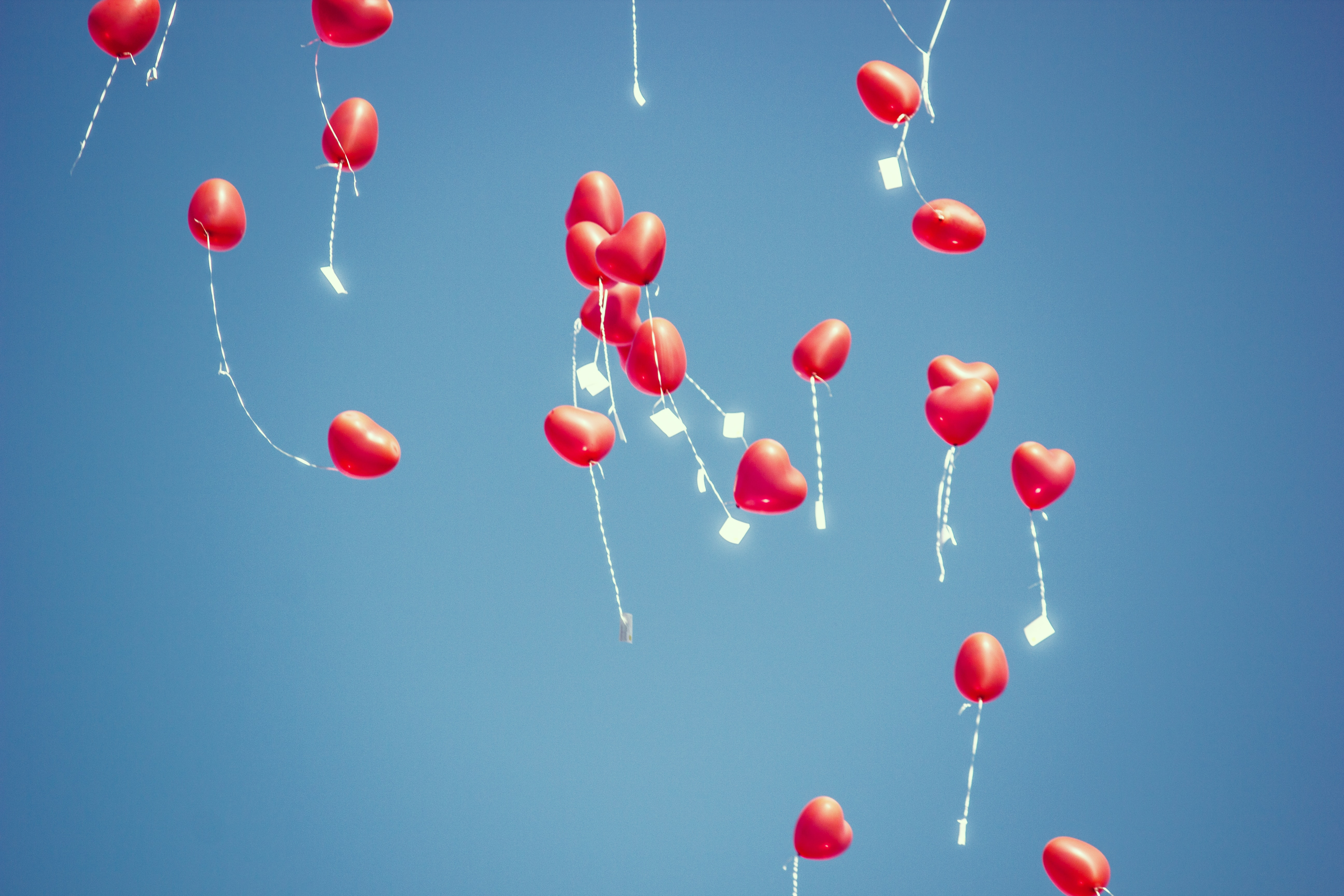 Balloner, hjerter, hjerteballoner, blå himmel. (Foto: Unsplash)