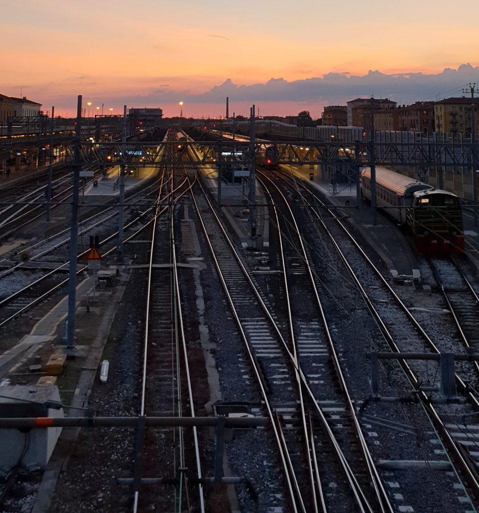 jernbane tog (Foto: Unsplash)