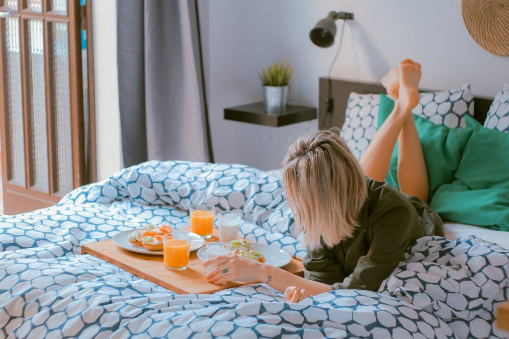 morgenmad i sengen mad seng pige (Foto: Unsplash)
