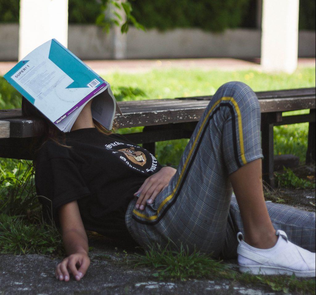træt kedelig doven bog læse lady (Foto: Unsplash)