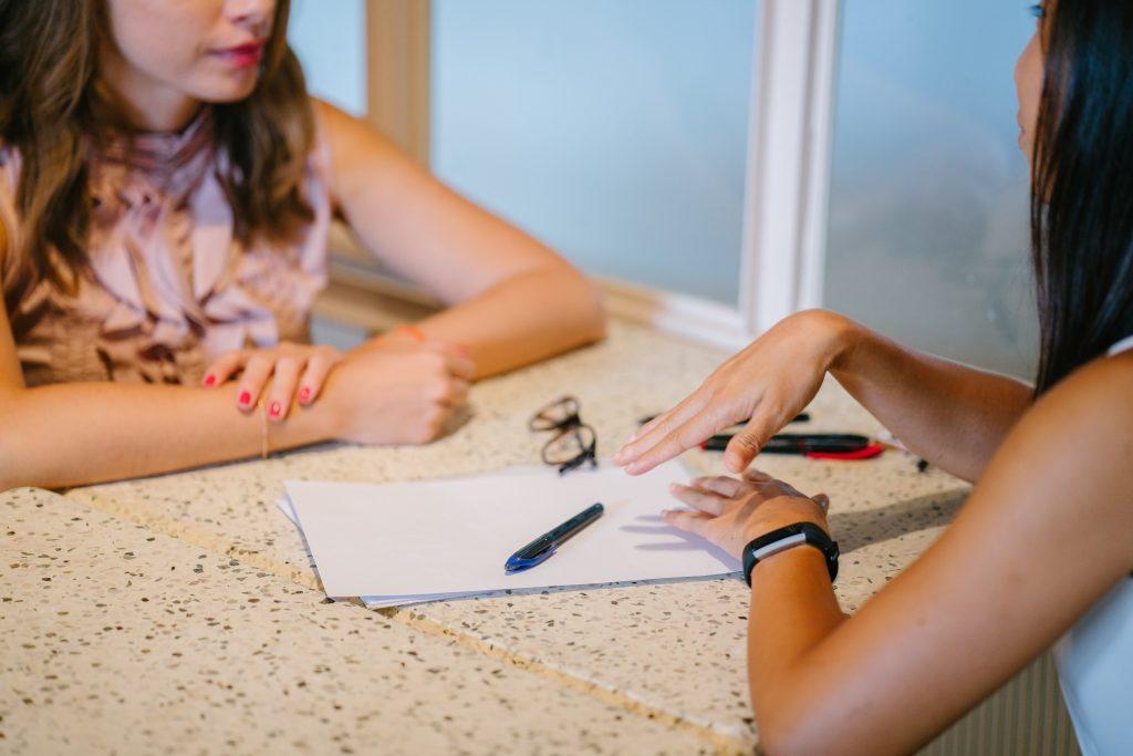møde snakke skrive kvinder psykolog (Foto: Pexels)