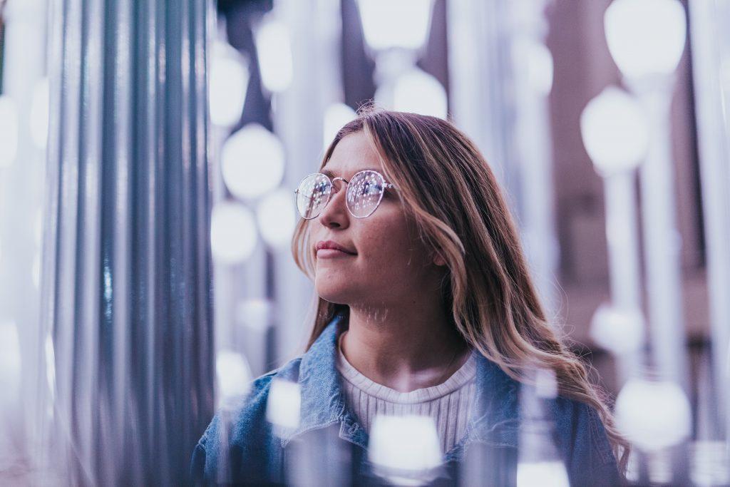 pige tænker briller ansigt (Foto: Unsplash)