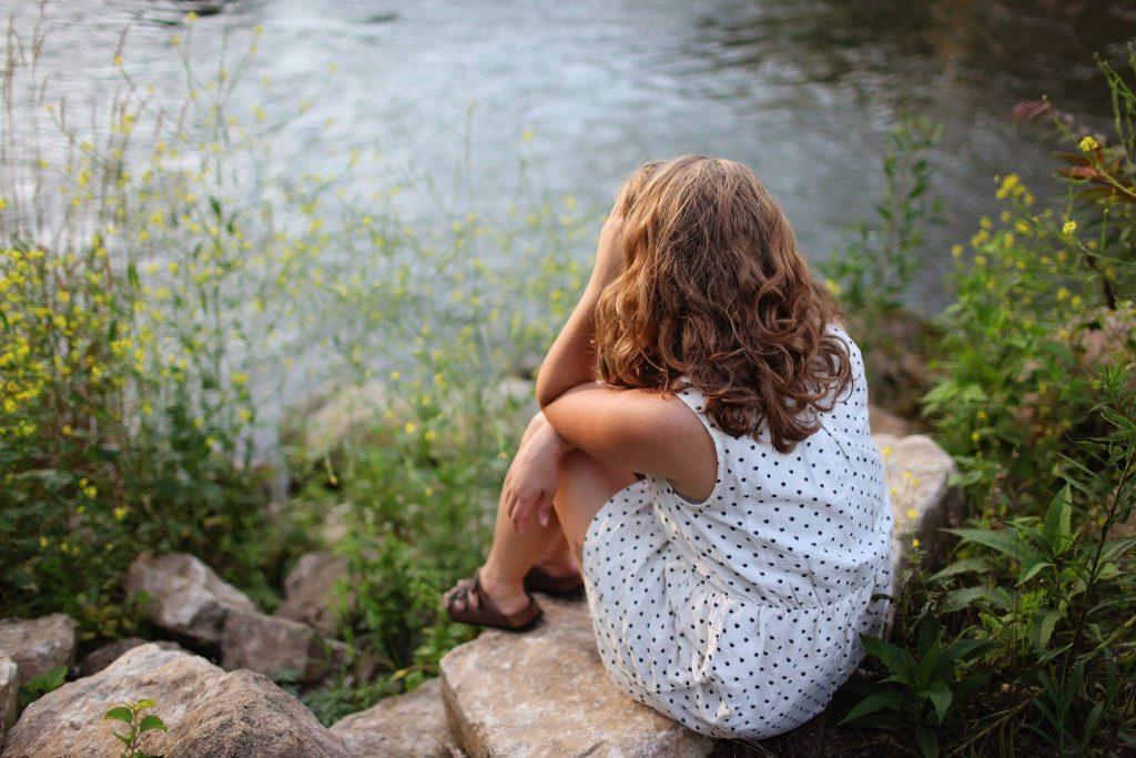 ung pige kvinde græde ked ensom trist ensomhed (Foto: Pexels)
