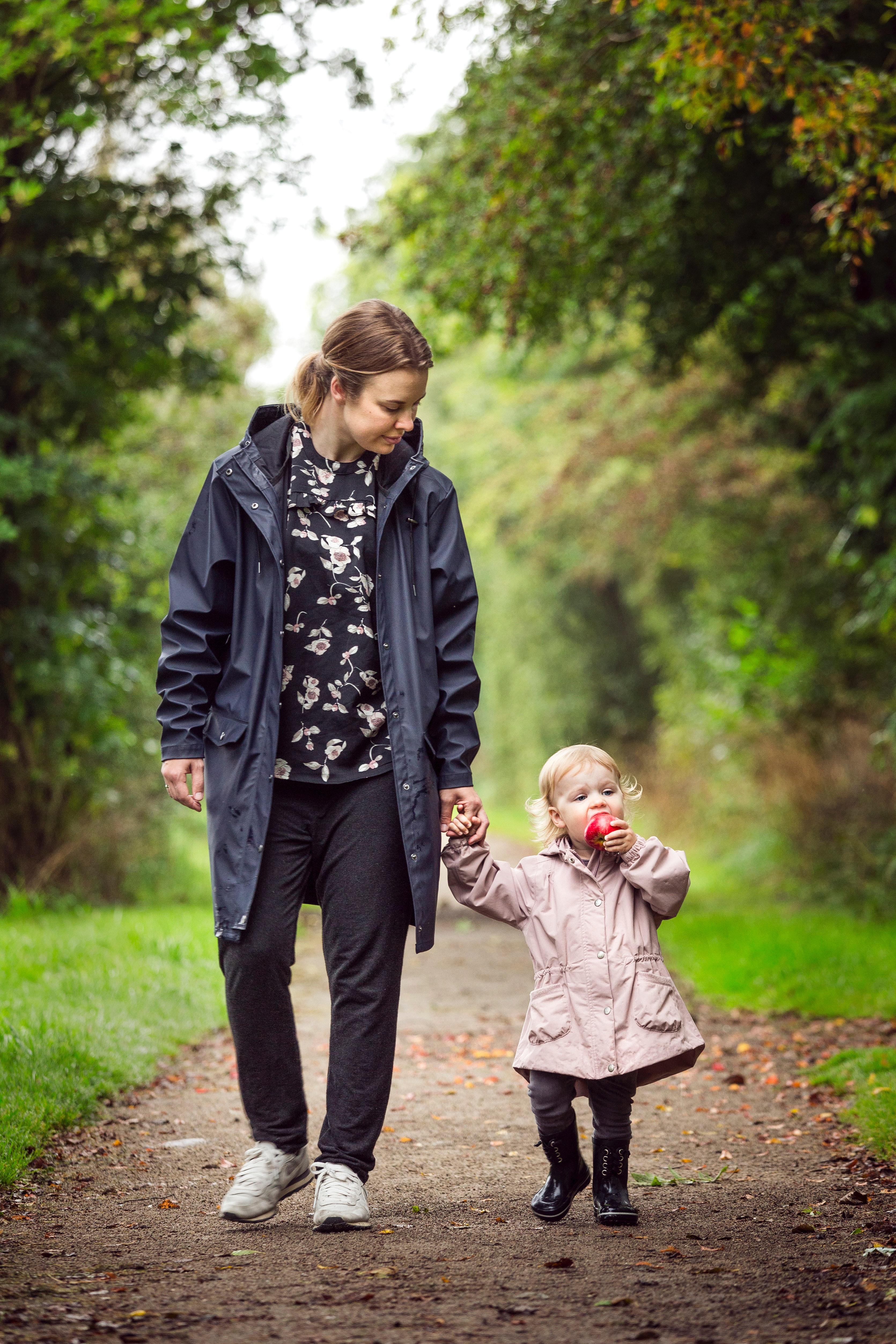 gå tur går familie børn barn mor kvinde skov (Foto: Pexels)
