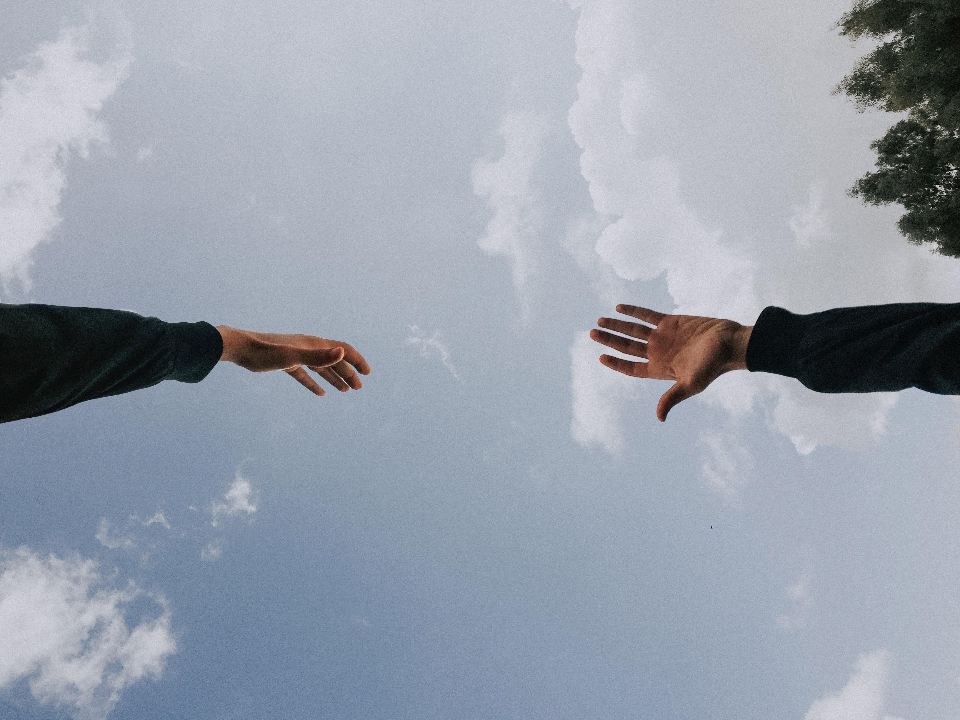 Hænder, hånd, himmel. (Foto: Unsplash)