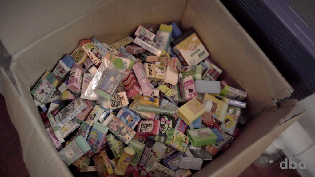 Stine opkøber samlinger på DBA, så antallet af viskelædere i hendes hjem stiger stødt. Kilde - DBA Guide
