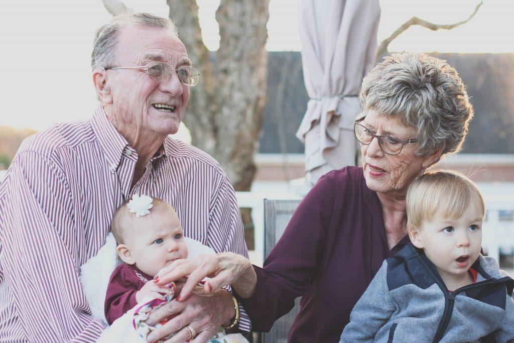 familie børnebørn bedsteforældre forældre mormor morfar farfar farmor (Foto: Pexels)