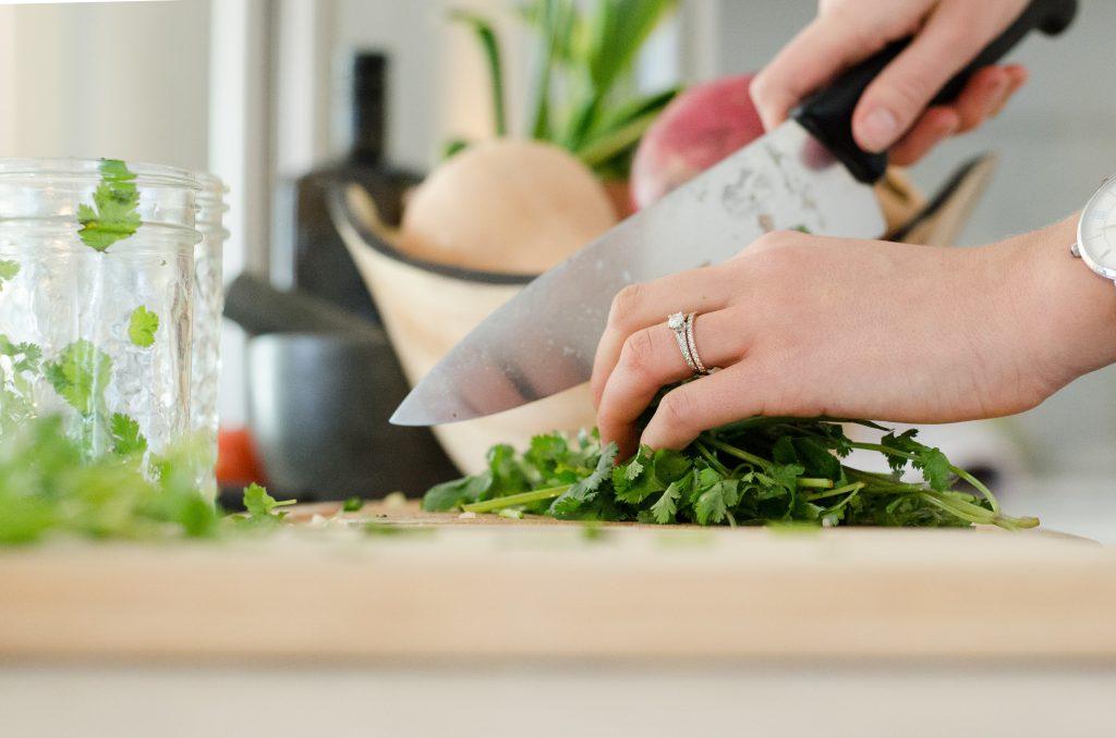 krydderurter kniv spækbræt (Foto: Unsplash)