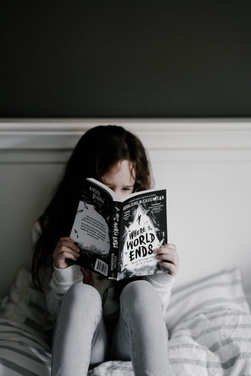 pige alene læser bog krise verden ked af det trist (Foto: Pexels)