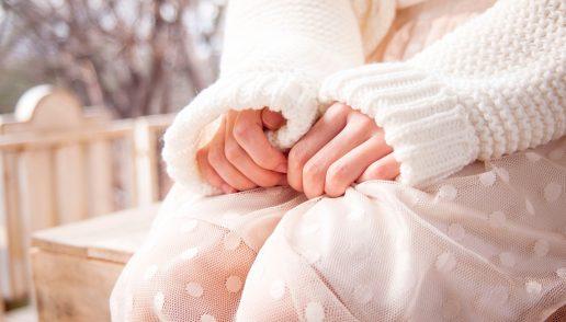 tænksom pige hænder angst ærmer bekymring (Foto: Unsplash)