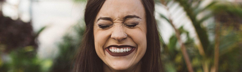 smil grin fjol grin pige (Foto: Unsplash)