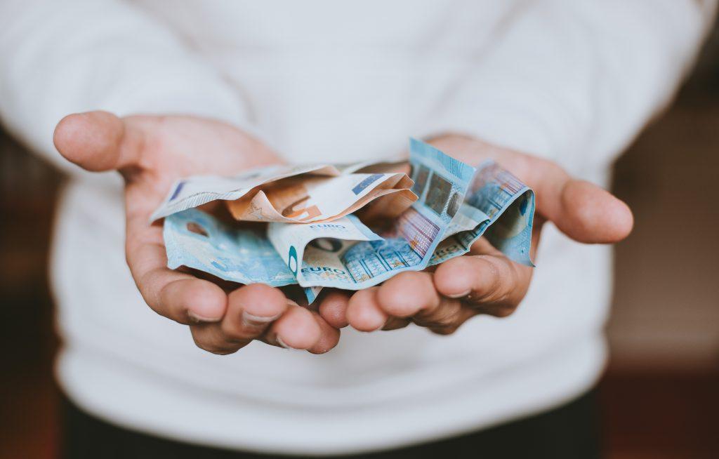 Indsamling donation donerer penge hænder (Foto: Unsplash)