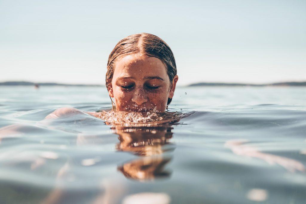 pige vand ansigt (Foto: Unsplash)
