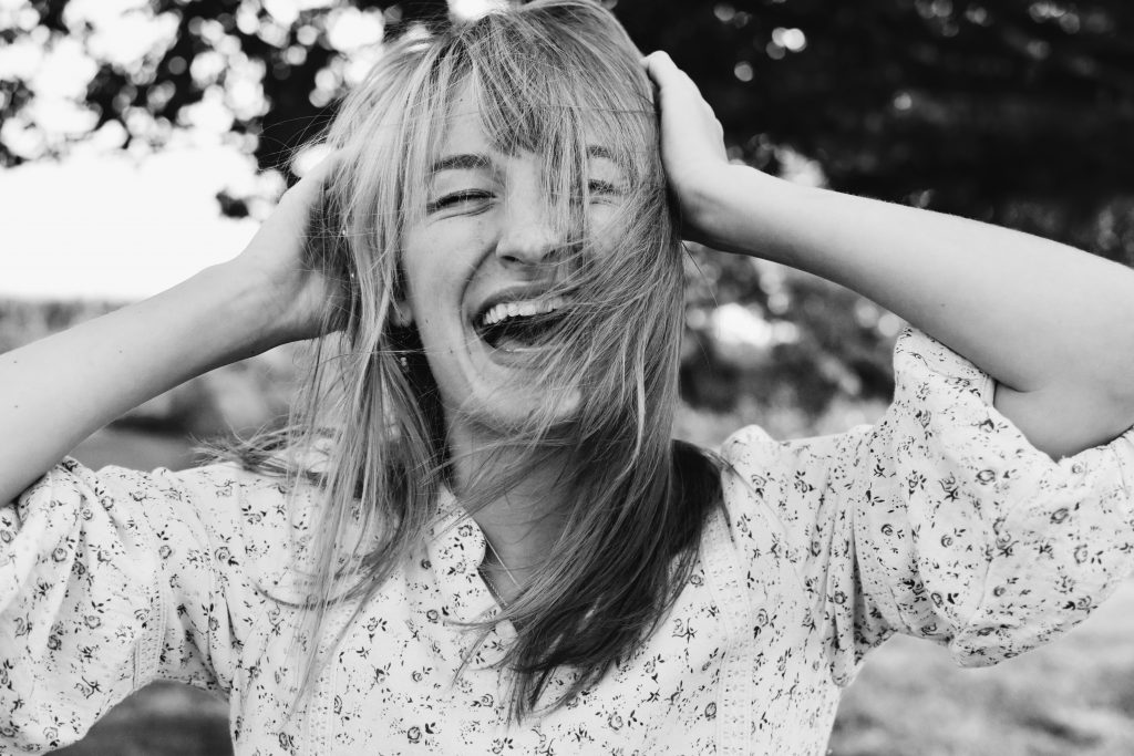 pige glad grin griner (Foto: Unsplash)