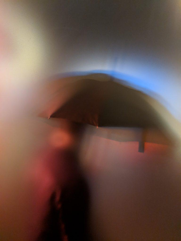 pige uskarp regn paraply tanker (Foto: Unsplash)