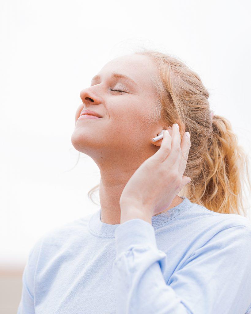 pige musik lytter earpods apple høretelefoner (Foto: Unsplash)