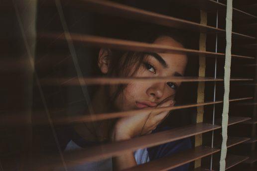 Corona, virus, pige, seng, indenfor, karantæne, hjemme. (Foto: Unsplash)