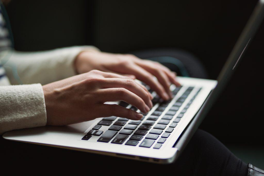 hænder skriver computer lattop (Foto: Unsplash)