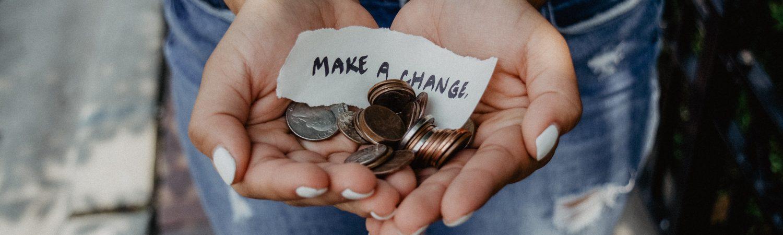 Indsamling, penge, hænder, mønter. (Foto: Unsplash)