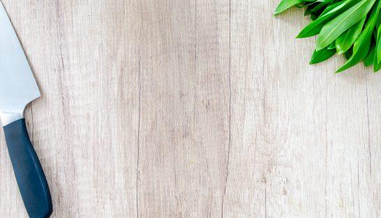 mad kviv urter træ bordplade (Foto: Undplash)