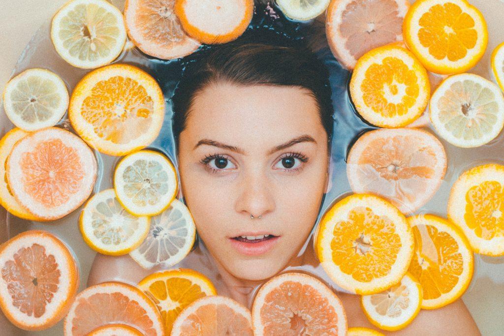 ansigt pige citrus citron hudpleje (Foto: Unsplash)