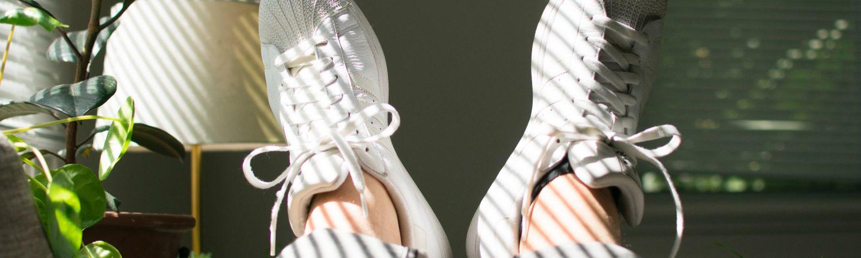fødder sneakers sofa hygge blomst fødder stue (Foto: Unsplash)