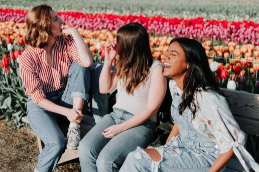 venner veninder veninde grine sammen ferie blomster (Foto: Unsplash
