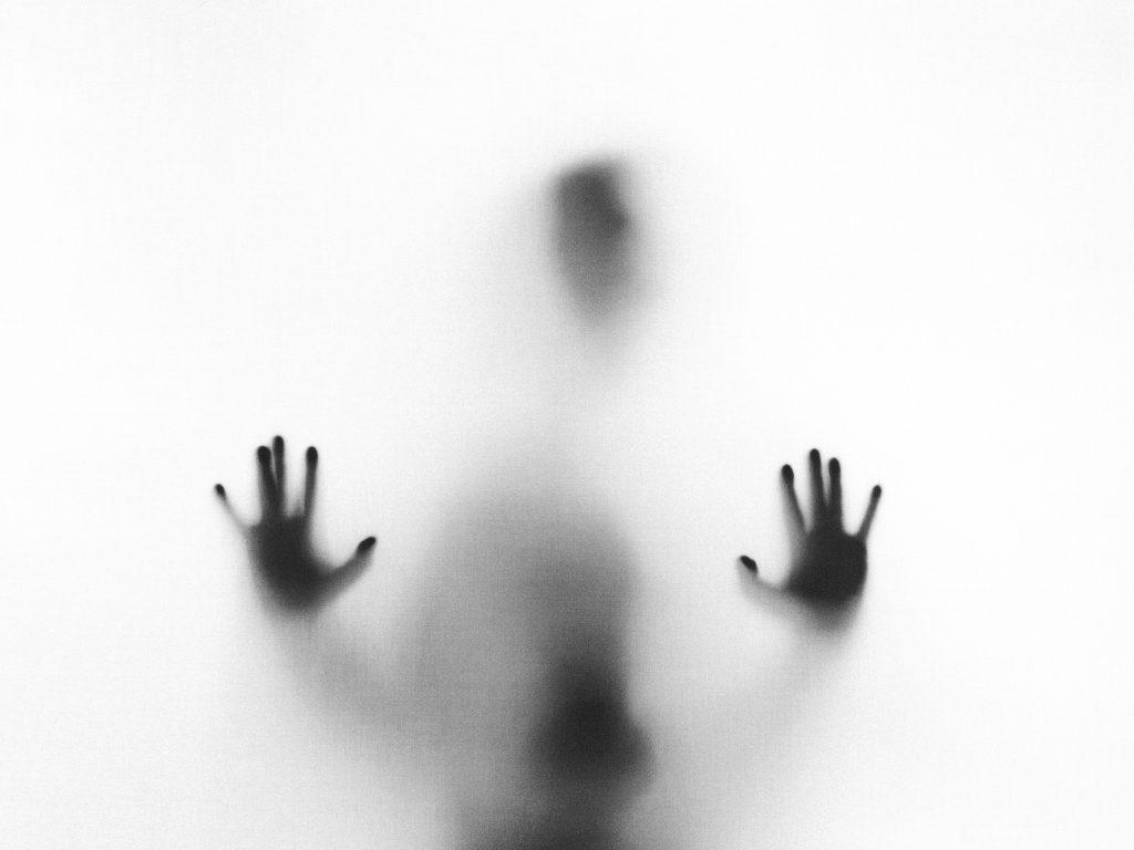 mand hænder crime sort hvid hemmelighed (Foto: Unsplash)
