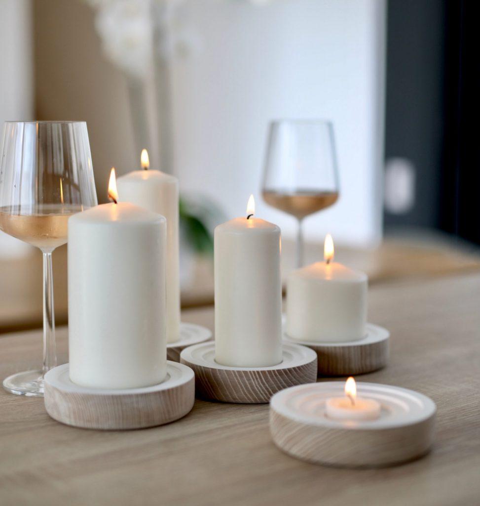 stearinlys stearin lys hygge bord vin vinglas (Foto: Pexels)