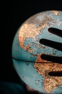 verden globus hånd usa (Foto: Unsplash)