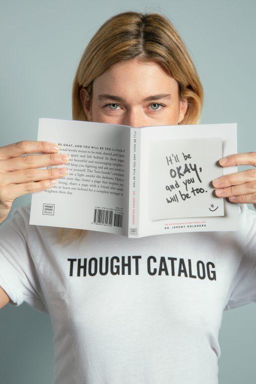 pige kvinde tænker tænke undrer undre sig bog læse (Foto: Pexels)