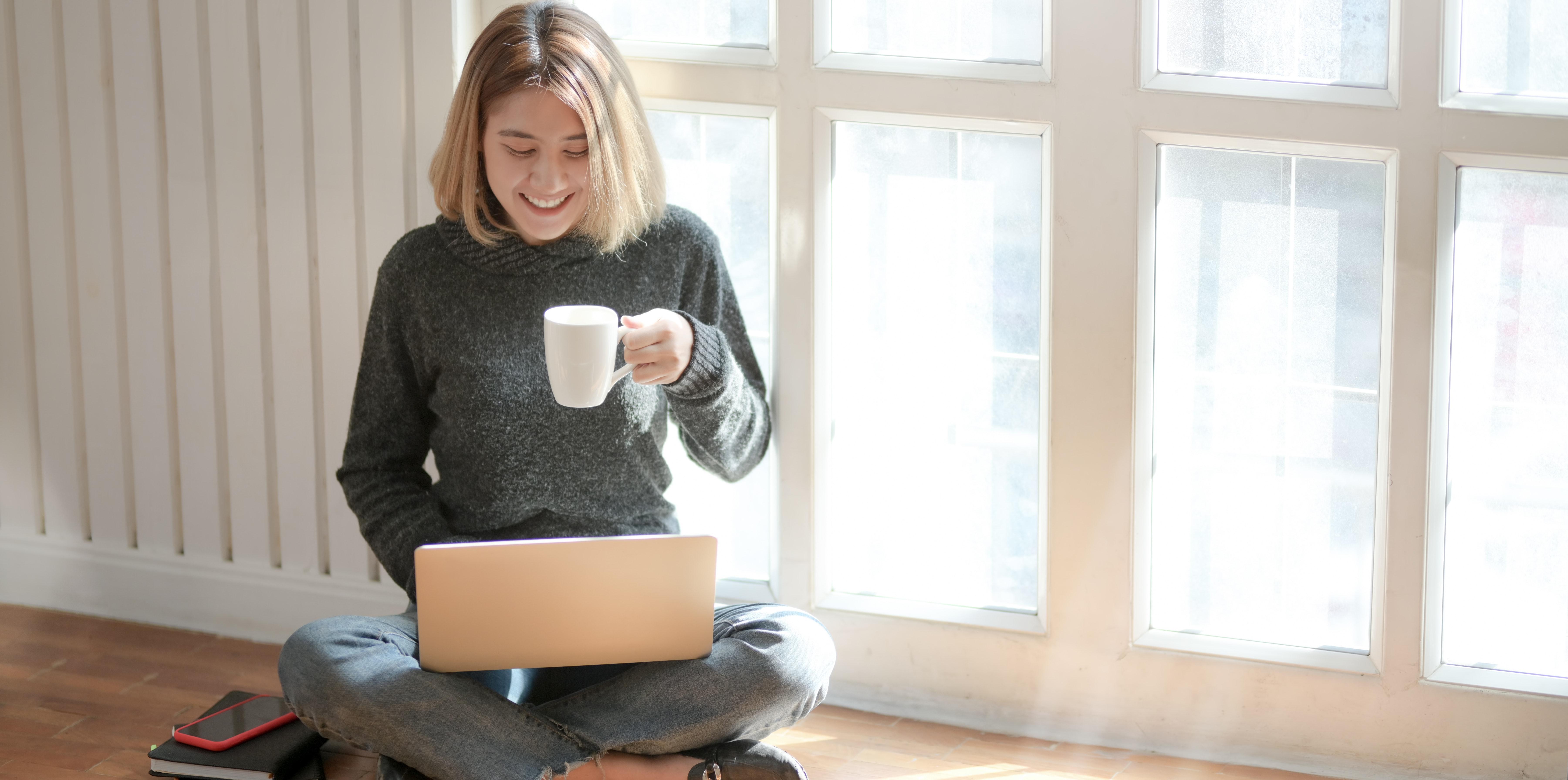 pige dame glad smile mobil computer tjekke kaffe sidde ned (Foto: Pexels)