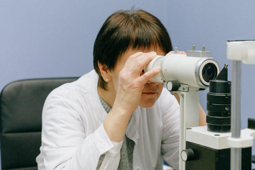 ekspert forsker forskning læge corona (Foto: Pexels)