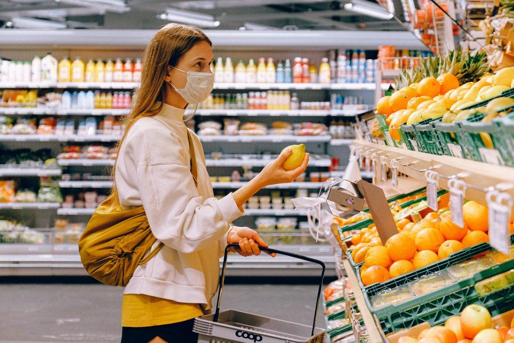 shopping handle indkøb mad madvarer dagligvarer varer mad supermarked (Foto: Pexels)