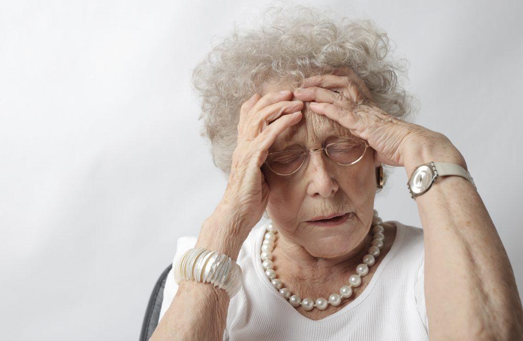 gammel ældre dame mormor morfar ældre (Foto: Pexels)